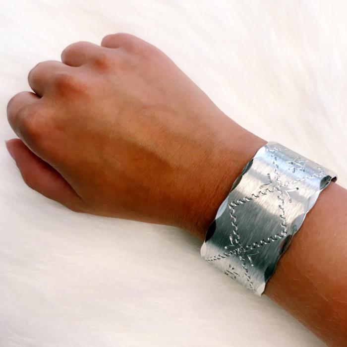 Wide bracelet in pewter