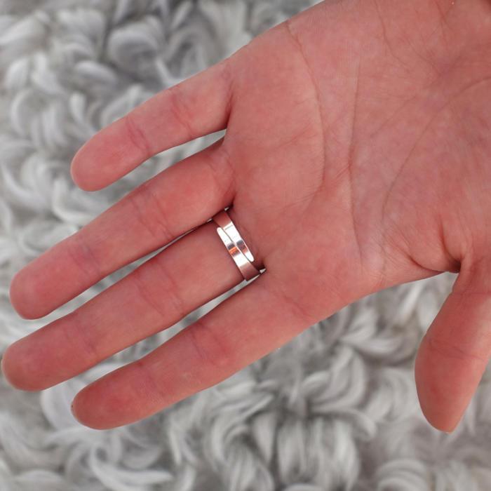 Baksida liten knappring med kristall