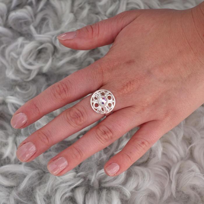 Liten knappring med kristall i silver