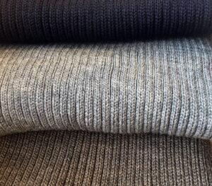 Ribbstickad halsduk i ull flera färger
