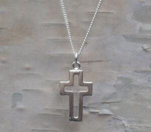 Silverhalsband öppet kors