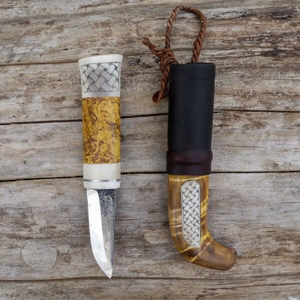 Kniv med graverat renhorn på kniv och slida